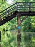 Een brug aan aard bij de Spreewald-rivier Stock Afbeelding