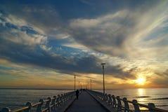 Een brug aan de zonsondergang Royalty-vrije Stock Foto's