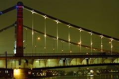 Een brug bij nacht Stock Afbeelding