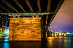 Een brug bij nacht in Washington, gelijkstroom Royalty-vrije Stock Foto's