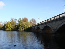 Een brug in het water Stock Afbeeldingen