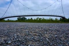 Een brug met grint in de voorgrond stock foto's