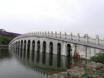 Een brug op een universiteitscampus royalty-vrije stock foto's