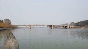 Een brug over de rivier in het sombere de herfstlandschap royalty-vrije stock foto's