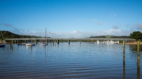 Een brug over de rivier van Waitangi aan Paihia Stock Afbeeldingen