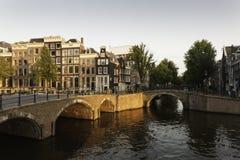Een brug over een kanaal in Amsterdam Stock Foto