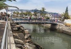 Een brug over het estuarium in Puero DE Mogan op Gran Canaria Stock Foto's