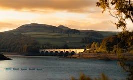 Een brug over LadyBower-Reservoir stock afbeelding