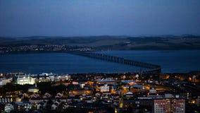 Een brug tussen twee steden stock fotografie