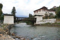 Een brug werd gebouwd over een rivier dichtbij dzong van Paro (Bhutan) Stock Fotografie