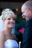 Een bruid en bruidegom grappig ogenblik. Stock Fotografie