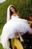 Een bruid op een tractor Stock Fotografie