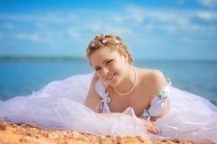 Een bruid op zee stock afbeelding