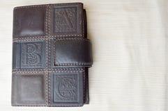 Een bruin, oud, leder-behandeld notitieboekje stock afbeeldingen