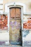 Een bruine houten oude deur in het centrum van Astrakan Rusland Royalty-vrije Stock Afbeelding