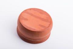 Een bruine kom maakte uit klei, omhoog kant neer Royalty-vrije Stock Foto