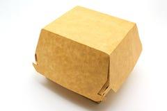 Een bruine voedseldoos, die voor hamburger, lunch, snel die voedsel, hamburger en sandwich verpakken, op witte achtergrond wordt  stock foto