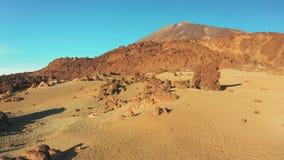 Een buitenaards landschap op het gebied rond de krater van de vulkaan Teide Tenerife stock footage