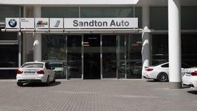 Een buitenkant die van het BMW-handel drijven wordt geschoten stock videobeelden
