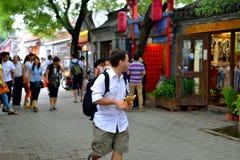 Een buitenlandse mens in Peking hutong reist Stock Afbeeldingen