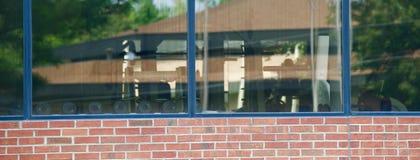 Een buitenmening van de binnenkant van een gymnastiek Stock Afbeeldingen