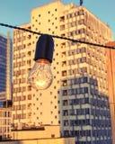 Een buitensporige gloeilamp boven op een in jazzclub in Kyiv of Kiev, de Oekraïne stock fotografie