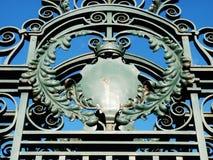 Een buitensporige poort met vorstelijke apperance van de kroondecoratie Royalty-vrije Stock Foto
