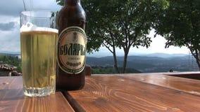 Een Bulgaars bier op de lijst stock video