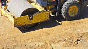Een bulldozerrol die het vuil werken stock videobeelden