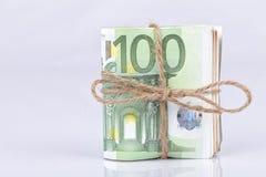 Een bundel van euro die rekeningen met een kabel worden en op wit worden geplaatst gebonden die royalty-vrije stock foto's