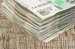 Een bundel van geld op de achtergrond van jute Stock Fotografie