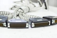Een bundel van kabeluitrustingen ligt op de lijst Royalty-vrije Stock Afbeeldingen