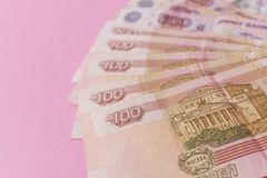 Een bundel van Russisch geld in de vorm van een ventilator op een roze achtergrond Het concept armoede, gebrek aan geld, armoede  royalty-vrije stock fotografie