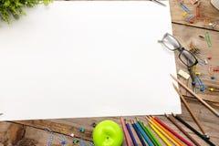 Een bureau met vele geplaatste kantoorbehoeftenpunten, Groot leeg document om verschillende inhoudsberichten te zetten stock foto's