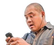 Een bureaukerel ontvangt een bericht via smartphone. Hij toont su Royalty-vrije Stock Afbeeldingen
