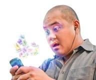 Een bureaukerel ontvangt ton spampost via smartphone Hij is sh Royalty-vrije Stock Foto
