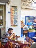 Een burger die in een Turkse herberg van Bodrum-markt, Pazar eten, Royalty-vrije Stock Foto