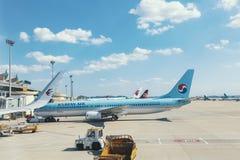 Een burgerlijk vliegtuig in de luchthaven royalty-vrije stock afbeelding