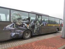 Een bus met Baltische die aantallen in Polen wordt geparkeerd In het beeld, hebben de militairen geen Russisch embleem op de koke royalty-vrije stock afbeelding