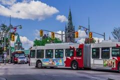 Een bus naast Parlementsgebouw Royalty-vrije Stock Foto