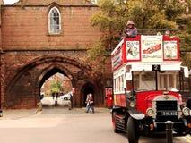 Een bus op de muren van Chester stock afbeeldingen