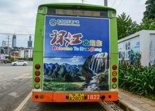 Een bus op straat van Nanning, China stock foto