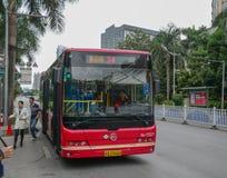 Een bus op straat van Nanning, China stock fotografie