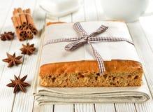 Een cake met een lint wordt verfraaid dat Stock Foto's