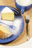 Een cake van maïsbloem wordt gemaakt op plaat die Stock Afbeeldingen