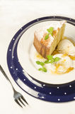 Een cake van maïsbloem wordt gemaakt op plaat die Royalty-vrije Stock Afbeeldingen
