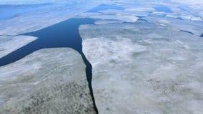 Een camera die zich van de rivier met het ontdooien van ijs verwijderen stock footage