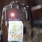 Een camera, onder het 100 dollars, in nadruk op de achtergrond concentreert het meisje zich niet Het concept het verdienen in een Royalty-vrije Stock Afbeeldingen