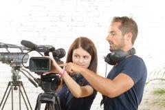 Een cameraman en een vrouw met een filmcamera Stock Foto's