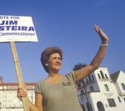 Een campagnevrijwilliger die een teken houdt royalty-vrije stock foto